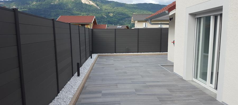 terrasse carrelage gris et brise vue composite