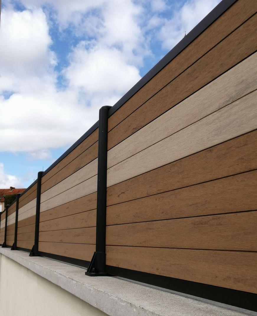 cloture brun sur muret avec des lames composites